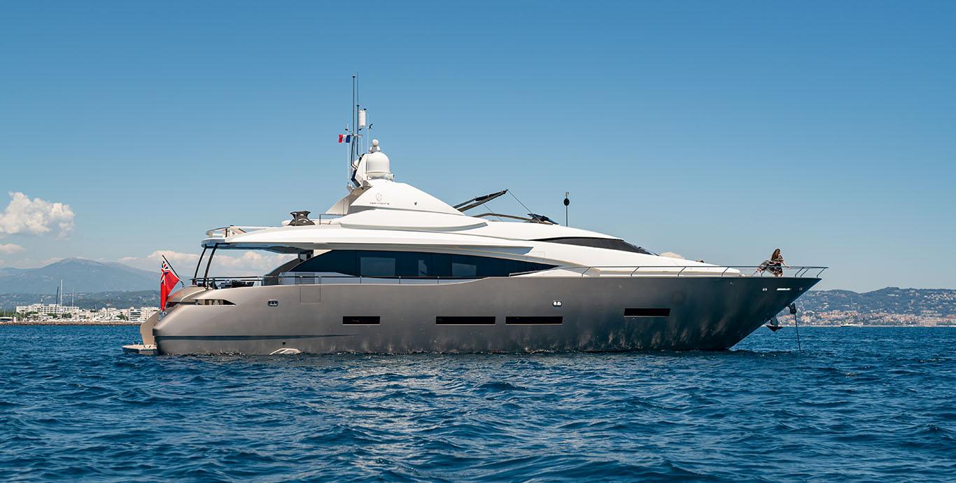 Motor yacht Quasar